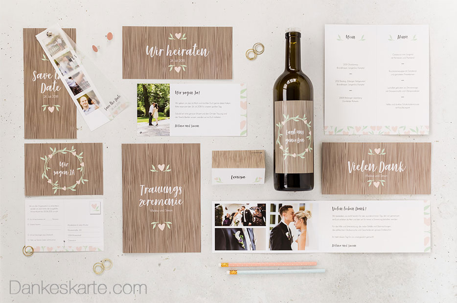 Design mit Holzmaserung und Blätterkranz für naturverbundene Brautpaare
