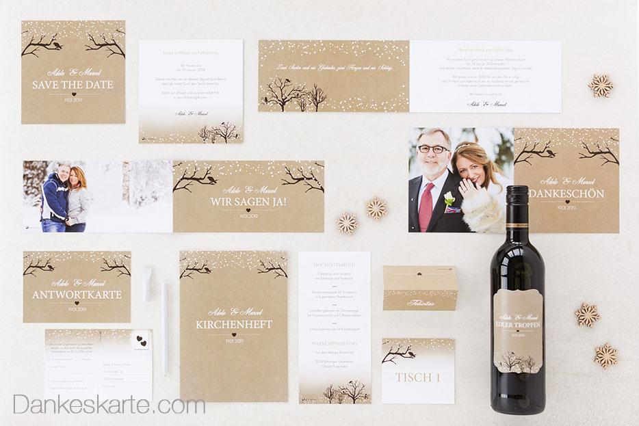 Hochzeitskarten im winterlichen Stil mit verschneiten Bäumen und Kraftpapierstruktur für die Winterhochzeit