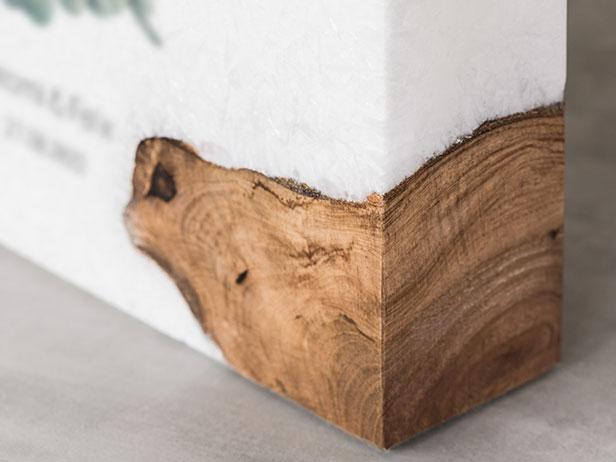 Detail einer Hochzeitskerze mit Holzelement