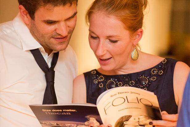 Gäste der Hochzeit beim Lesen der Hochzeitszeitung